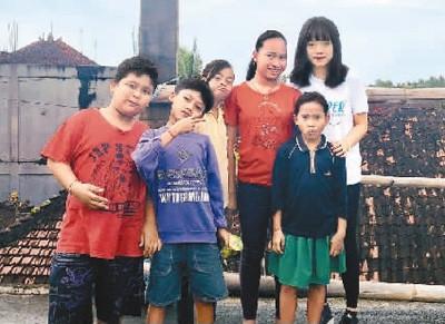 刘佳(右一)认为在不同国家生活或者学习过的人会拥有一些独特的思维方式和不同方面的资源。而这些在公益事业中,往往是很大的亮点。图为刘佳在巴厘岛支教期间与当地学生的合影。