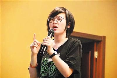 """兰茜在本科期间就产生了想要参与更多公益活动的想法。为此,她在硕士期间选择到英国学习社会学,并在回国后成为一名全职公益人。她说:""""我们都是有自己理想的,然后学了相关的专业,回到国内继续贡献。""""图为兰茜在益微青年公益发展中心五一集训营上讲课。"""