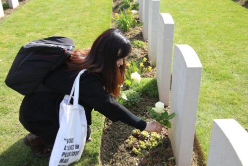 华人向墓碑献花。(《欧洲时报》/黄冠杰 摄)
