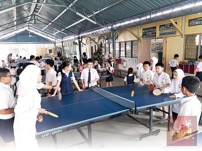 新港门培才华小各族男女同学休息节一起打乒乓。(马来西亚《光华日报》)