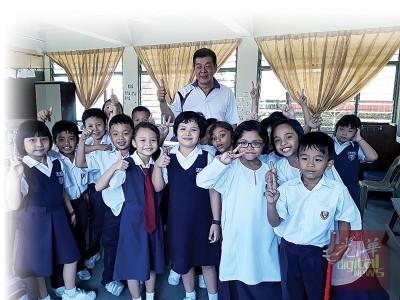 黄添福与各族学生开心合照。(马来西亚《光华日报》)