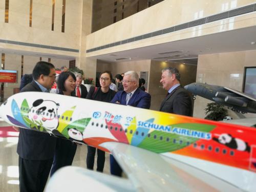 范昂日尔一行考察四川航空公司