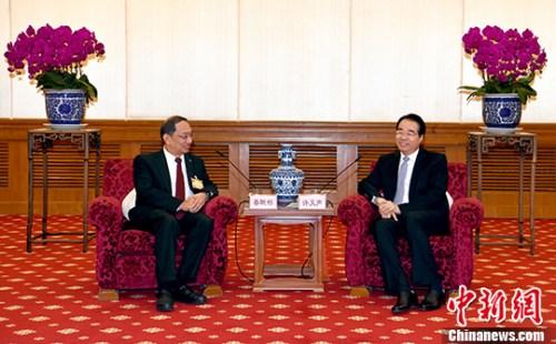 4月12日,中央统战部副部长、国务院侨务办公室主任许又声在北京会见菲律宾丝绸之路国际商会访华团。 中新社记者 张勤 摄