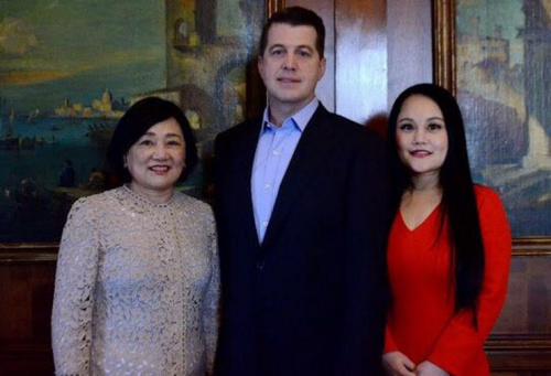 柯海瑞在造势活动中和妻子陈辛迪(右)及岳母一起合影。(美国《侨报》/陈辛迪提供)