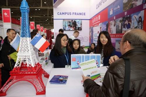 一位家长在2017年中国国际教育巡回展上为孩子咨询在法国读研究生的项目。(法国《欧洲时报》/卞正锋 摄)