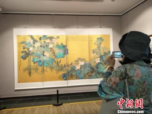 观众在欣赏林伯墀巨幅四屏国画《荷花图》 索有为 摄