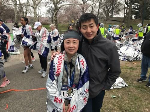 郭霓(左)表示,跑完半马,也实现了自己的新年愿望。(美国《世界日报》/和钊宇 摄)
