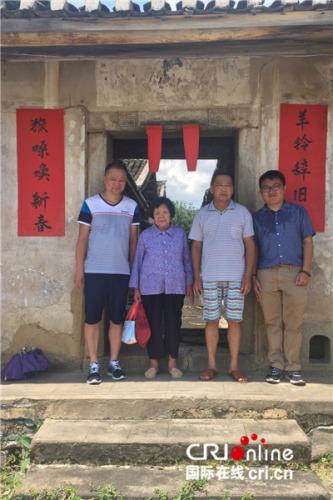 由左向右依次是:邓世轩堂叔(叔婆的孩子)、叔婆(爷爷的堂弟)、堂哥(爷爷哥哥的孙子)、邓世轩(受访者供图)