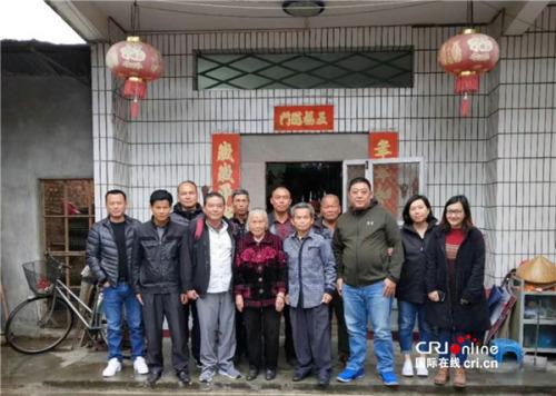 蔡锦兰和在中国的亲人合影,右一为蔡锦兰,右三为蔡锦兰叔公(爷爷的堂弟)(受访者供图)