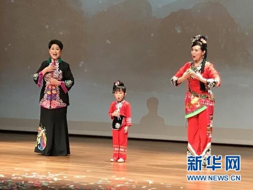 """4月15日,新加坡中国文化中心四层剧场,三代""""刘三姐""""表演歌曲《只有山歌敬亲人》。新华网记者王丽丽 摄"""