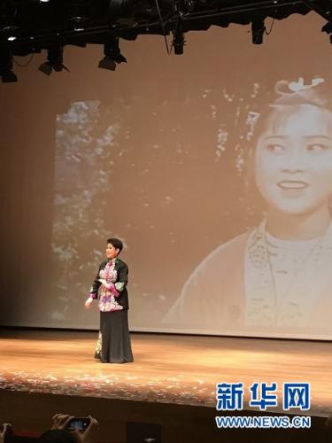 4月15日,新加坡中国文化中心四层剧场,黄婉秋表演歌曲《山歌好比春江水》。新华网记者王丽丽 摄