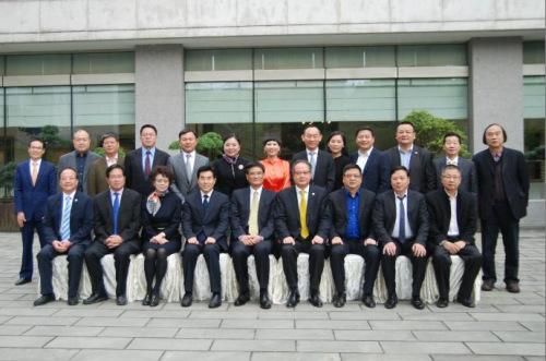 3 熊建平部长(前排左五)、王晓峰常务副部长(前排左四)与省侨商会会长团成员、监事会领导合影.png