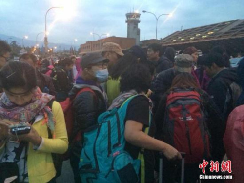 2015年4月25日14时11分在尼泊尔(北纬28.2度,东经84.7度)发生8.1级地震,首都加德满都机场因地震暂时关闭,部分中国游客在机场滞留等待回国。 <a target='_blank' href='http://www.chinanews.com/'>中新社</a>发 缪超 摄