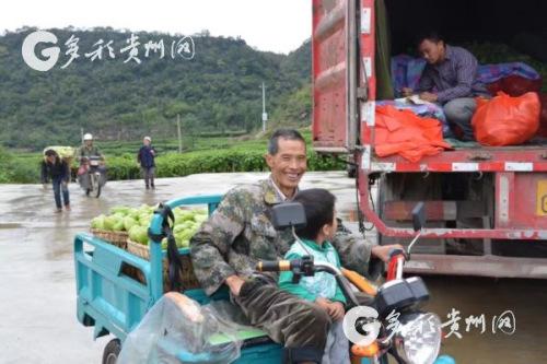 丰收后的村民洋溢着幸福的笑容