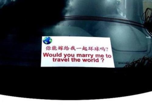 樊玉虎将求婚宣言制成中英文双语标识,放在汽车前挡风玻璃的醒目位置。(美国《世界日报》/樊玉虎供图)