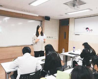 鲜于梦蝶在韩国弥邹忽外国语高中教汉语