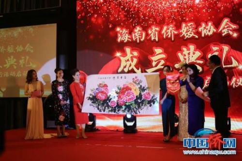 其他省份侨媛社团为海南省侨媛协会赠送礼品。 张茜翼 摄