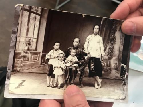 梁晋展示父亲家人在中国的照片。(美国《世界日报》 牟兰 摄)