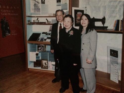 陈洽富(左起)、妻子和陈翠兰2002年与参加美国华人博物馆展览的陈家文物。(陈翠兰提供)
