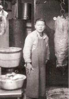 华埠勿街55号新源盛地下作坊在1940年代早期华人的面貌。(美国《世界日报》资料图)
