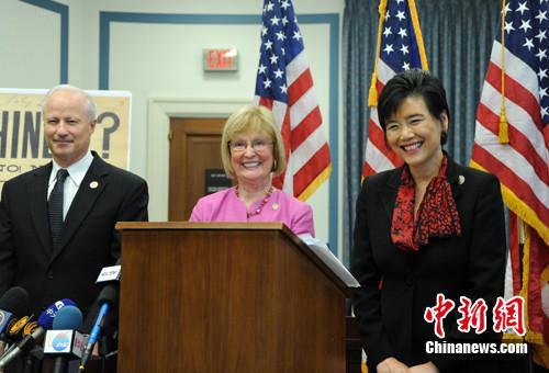 美国国会参众两院要求国会正式承认《排华法案》有悖人权,并为此道歉。华裔众议员赵美心(右)在提交议案前召开记者会。(<a target='_blank' href='http://www.chinanews.com/'>中新社</a>记者 吴庆才 摄)