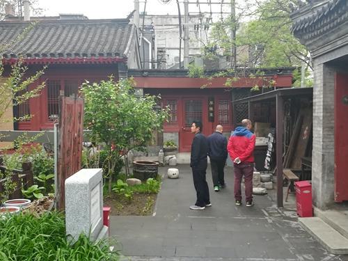 不少读者表示很喜欢北京砖读空间:看完书还能参观院子里摆放的一些老物件儿。上官云 摄