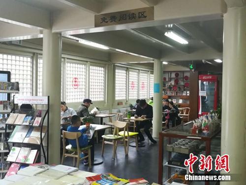 在中国书店雁翅楼店内,一些读者正在认真看书。上官云 摄