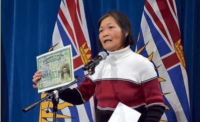 遭征收人头税华人的家属,高举先祖人头税证书要求赔偿。(加拿大《星岛日报》/张文慈 摄)