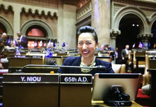 资料图:2017年1月4日,牛毓琳在纽约州府奥伯尼正式宣誓就职。牛毓琳就职。(美国《世界日报》)