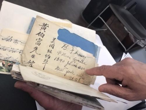 梁晋展示父亲黄伯富收到中国家人寄来的信件。(美国《世界日报》/牟兰 翻拍)