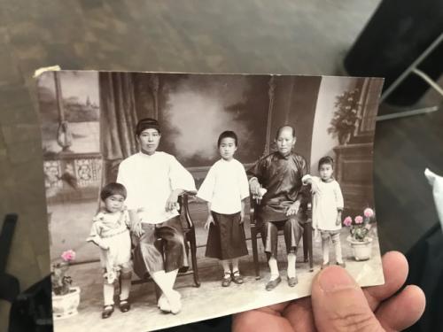 梁晋展示父亲家人在中国的照片。(美国《世界日报》/牟兰 翻拍)