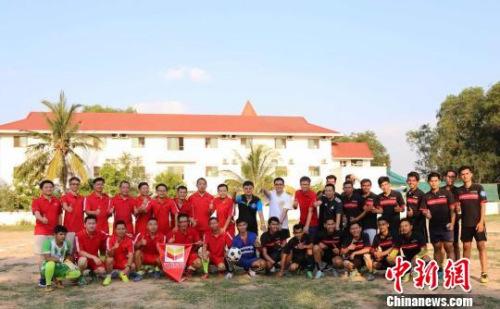 图为在柬中资企业的中柬员工足球运动员。商会提供