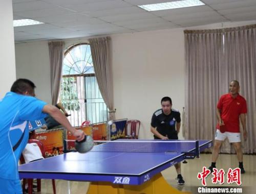 图为乒乓球双打。商会提供