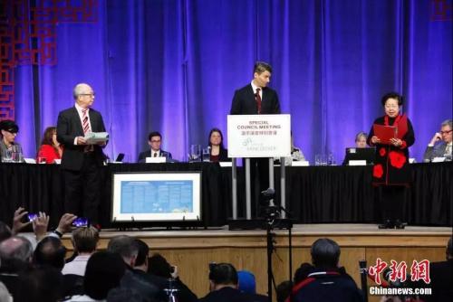 温哥华市长罗品信(Gregor Robertson)(中)代表市府就该市歧视华人的历史向华人社区正式道歉。<a target='_blank' href='http://www.chinanews.com/'>中新社</a>记者 余瑞冬 摄
