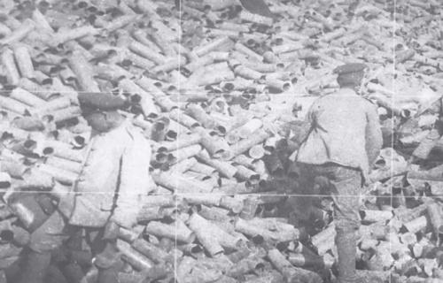 1919年中国劳工在一片废弃的炮弹壳之中。(图片来源:威廉·詹姆斯·霍金个人收藏,版权归约翰·德·路西所有)