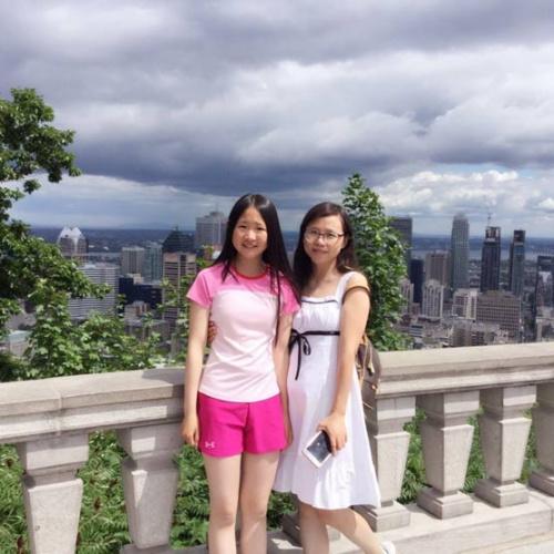 枫桥移民教育集团创办人王琳玲(右)和女儿郑恩雅(受访者供图)