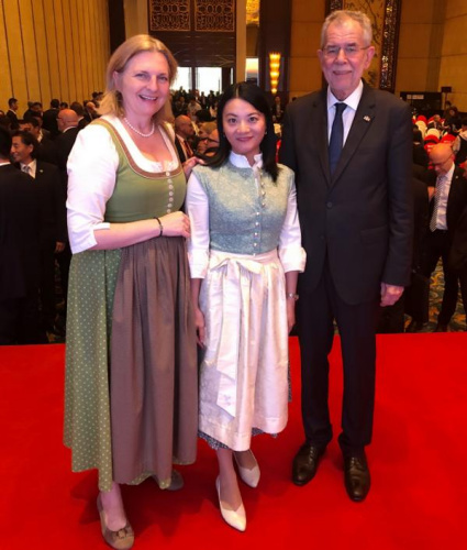 徐妍与奥地利总统(右)、奥地利外交部长(左)合影。