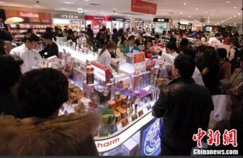 韩国免税店里的中国顾客。