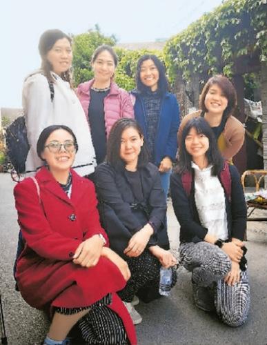参加培训的老师参观北京历史最悠久的斜街之一――烟袋斜街。 赵晓霞摄