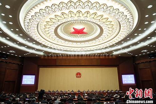 4月27日,十三届全国人大常委会第二次会议举行闭幕会。会议表决通过了人民陪审员法,表决通过了英雄烈士保护法,表决通过了国务院机构改革涉及法律规定的行政机关职责调整问题的决定,表决通过了设立上海金融法院的决定。 <a target='_blank' href='http://www.chinanews.com/' _fcksavedurl='http://www.chinanews.com/'>中新社</a>记者 杜洋 摄
