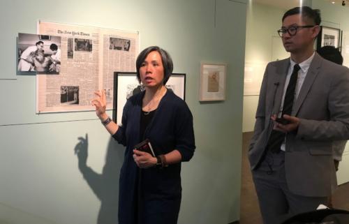 中医师彭美玉(左)和美国华人博物馆展览部主任谭海俊(右)希望中医展览可以让华裔移民后代了解自己的文化。(美国《世界日报》/牟兰 摄)