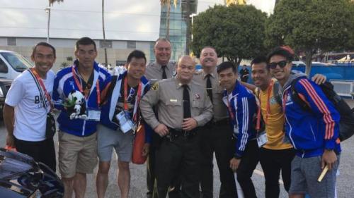 蔡雄(中)与来洛杉矶参加世界警消竞赛的中国香港警察选手们合影。(美国《世界日报》╱洛县警局脸书)