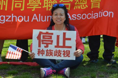 28日千余民众上街高举标语,要求停止歧视。(记者牟兰/摄影)