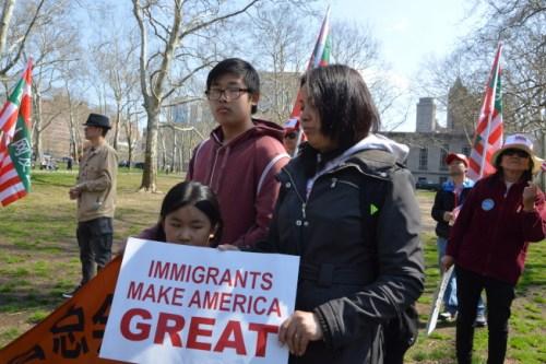 张Wendy带一对儿子女前来参加游行。(记者牟兰/摄影)