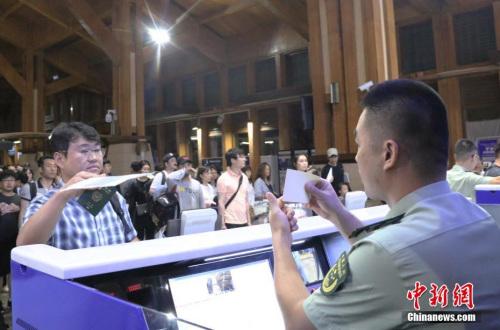 他们是海南实施59国人员入境旅游免签政策后,首批入境的免签游客.