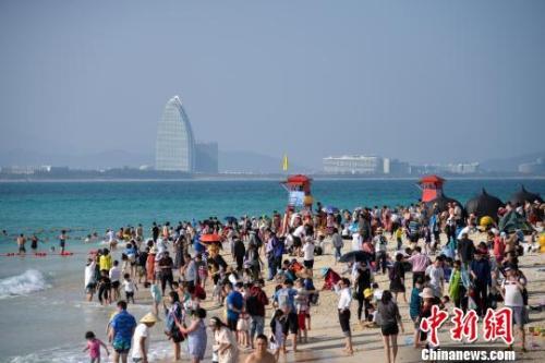 资料图:三亚的海滩挤满游客  洪坚鹏 摄