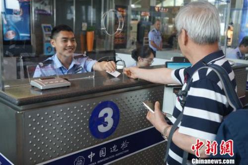 图为边检工作人员为旅客服务。
