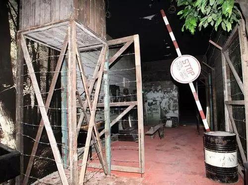 博物馆还原早期戒严区展览设计,十分逼真,让参观者仿佛置身其中。(图片来自星洲日报)