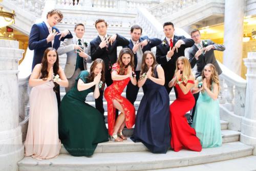 美国犹他州一名白人高中生穿高叉旗袍出席毕业舞会。(美国《世界日报》/Twitter图片)