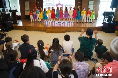 """当地时间5月3日,2018年""""感知中国——美国中小学生走进总领馆""""活动在中国驻纽约总领馆举行,美国学生演唱歌曲《让我们荡起双桨》。 <a target='_blank' href='http://www.chinanews.com/'>中新社</a>记者 廖攀 摄"""